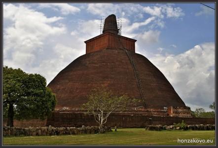 Dágoba je asi 70m vysoká. Původně byla více než 100 m vysoká a na její stavbu padlo skoro 100 mil. cihel