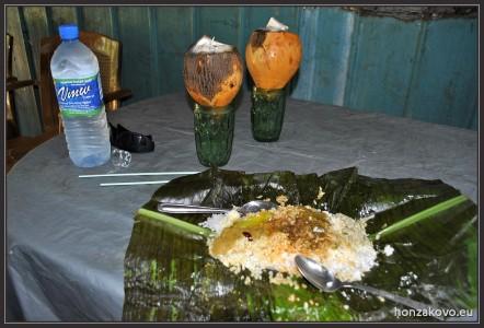 Oběd rice&curry podávané na banánovém listu společně s čerstvým kokosem