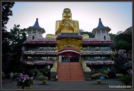 Muzeum budhismu se zlatou sochou. Golden temple Dambulla
